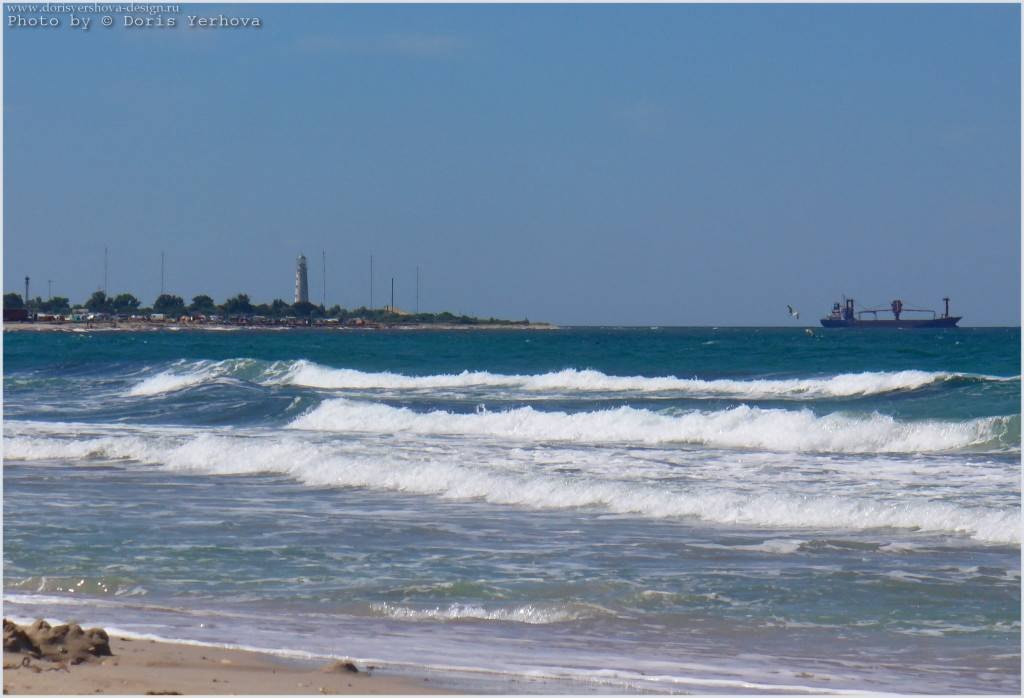 Крым. Тарханкут. Пляж Оленевки. Вид на маяк. Фото - ©Дорис Ершова