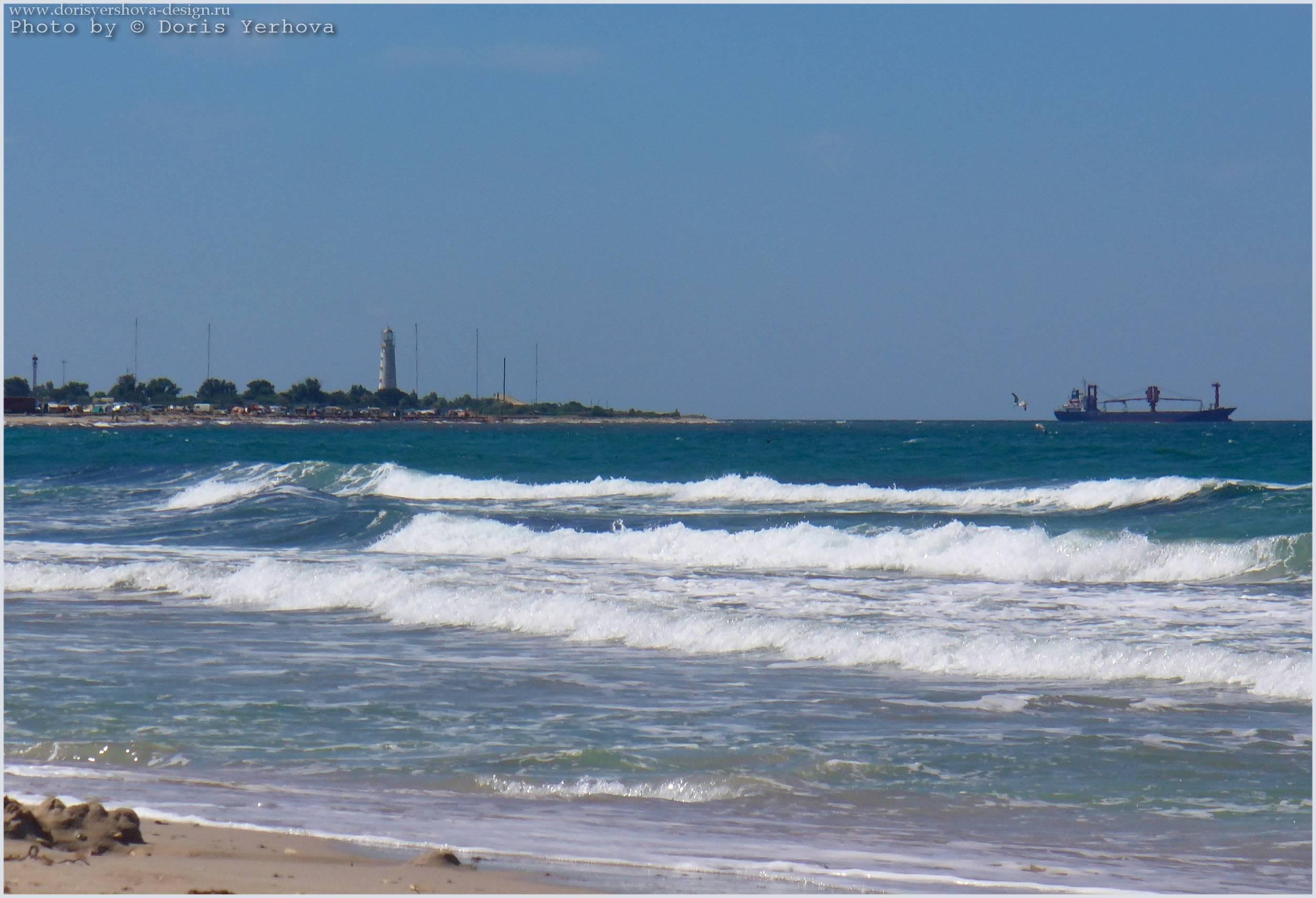 Крым. Тарханкут. Пляж Оленевки. Вид на маяк. Фото - Дорис Ершова
