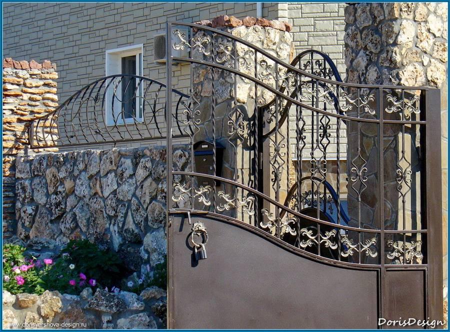 Детали ограждения и ворота жилого дома. кованные ворота, забор.Тарханкут. Оленевка. Фото - © Дорис Ершова