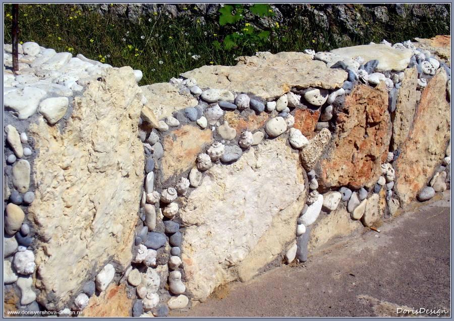 Подпорная стенка. Колотый известняк, раковины раппанов и галька. Тарханкут. Оленевка. Фото - © Дорис Ершова