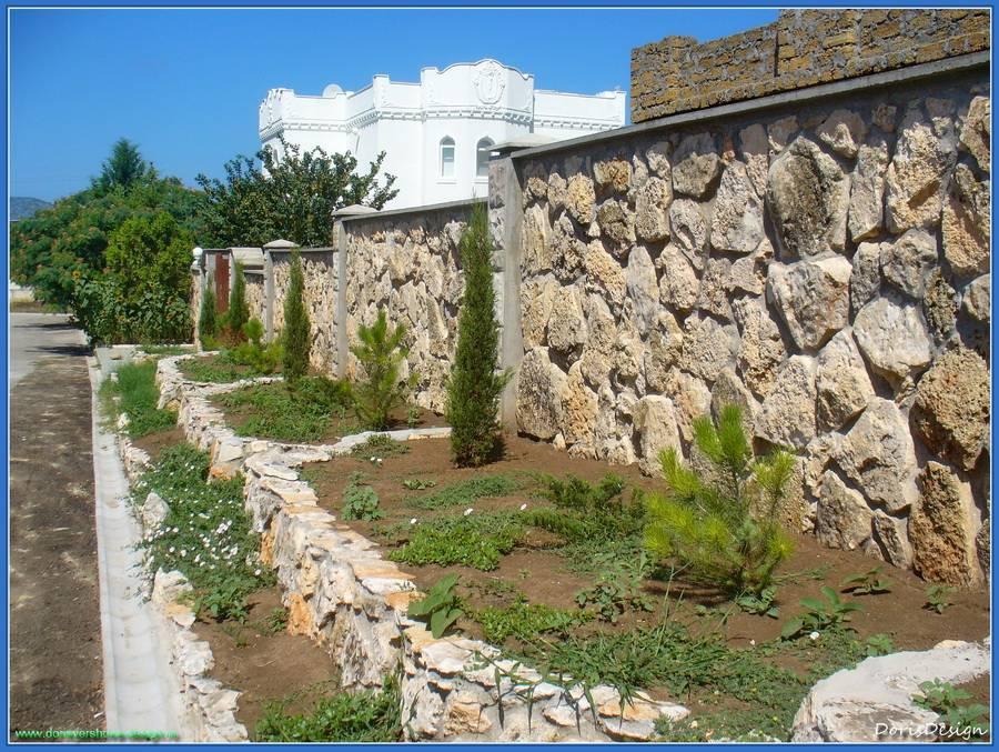 Облицовка подпорных стенок и забора. Белый камень. Известняк. Забор.Тарханкут. Оленевка. Фото - © Дорис Ершова
