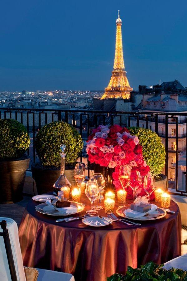 париж, столик на балконе вечер. Эйфелева башня