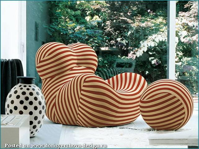 полосатое кресло и пуф